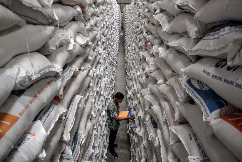 Pekerja mendata beras hasil serapan di Gudang Bulog. (Ilustrasi)