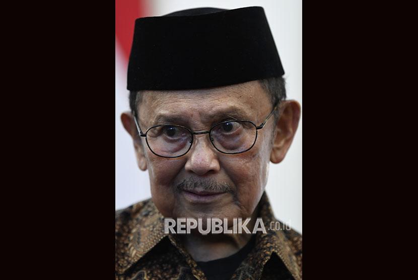 Presiden ketiga RI BJ Habibie memberikan keterangan pers usai melakukan pertemuan tertutup dengan Presiden Joko Widodo di Istana Merdeka, Jakarta, Jumat (24/5/2019).