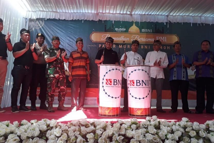 BNI menyalurkan paket sembako murah kepada keluarga Pekerja Migran Indonesia (PMI) di Pulau Lombok, Nusa Tenggara Barat (NTB), Sabtu (25/5).