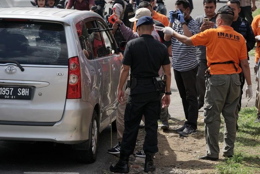 Tim Labfor Mabes Polri Cabang Semarang melakukan olah Tempat Kejadian Perkara (TKP) pos penjagaan yang ditembak oleh Orang Tidak Dikenal (OTK), di Mako Brimob Kompi 3 Batalyon B Purwokerto, Banyumas, Jateng, Sabtu (25/05/2019).