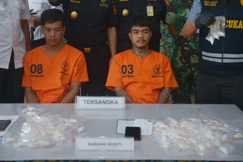 Petugas Bea Cukai dan Badan Narkotika Nasional (BNN) Provinsi Bali menjelaskan kronologis penangkapan dua warga Thailand tersangka penyelundup sabu-sabu, PS (kiri) dan AP (kedua kiri) dalam konferensi pers di Kantor Bea Cukai Ngurah Rai, Denpasar, Senin (27/5/2019).