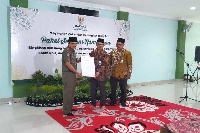 Baznas Kota Yogyakarta beserta Wakil Wali Kota Yogyakarta memberikan Paket  Senyum Ramadhan kepada penjaga masjid, kaum rois, penggali makam dan  penjaga KUA di Masjid Pangeran Diponegoro, Balai Kota Yogyakarta, Senin  (27/5).