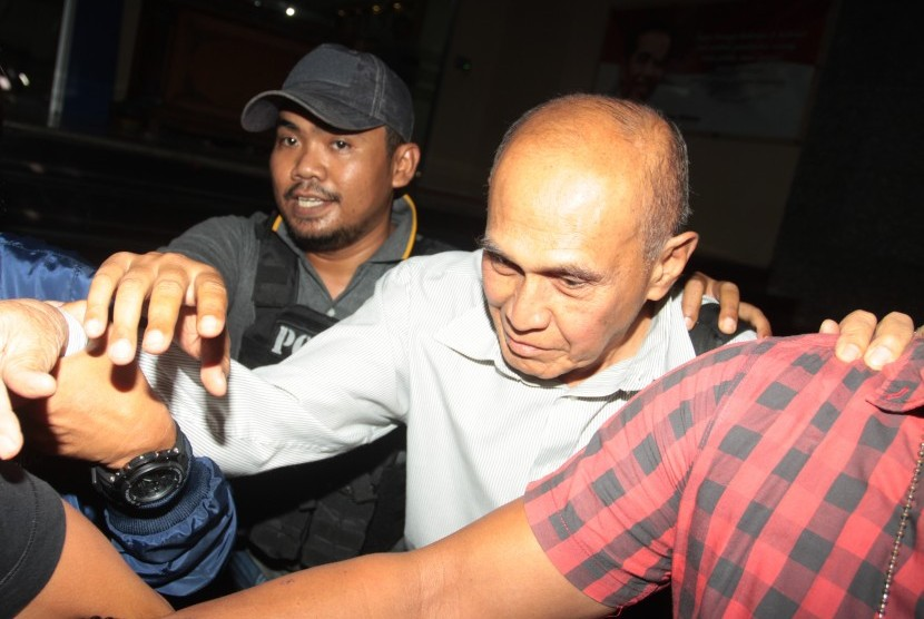 Tersangka kasus dugaan kepemilikan senjata api ilegal Kivlan Zen (tengah) dikawal polisi usai menjalani pemeriksaan di Ditreskrimum, Polda Metro Jaya, Jakarta, Kamis (30/5/2019).