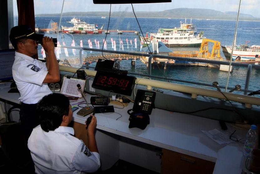 Petugas Ship Traffic Control (STC) Pelabuhan Ketapang memantau arus lalu lintas kapal feri di Pelabuhan Ketapang, Banyuwangi, Jawa Timur, Kamis (30/5/2019).