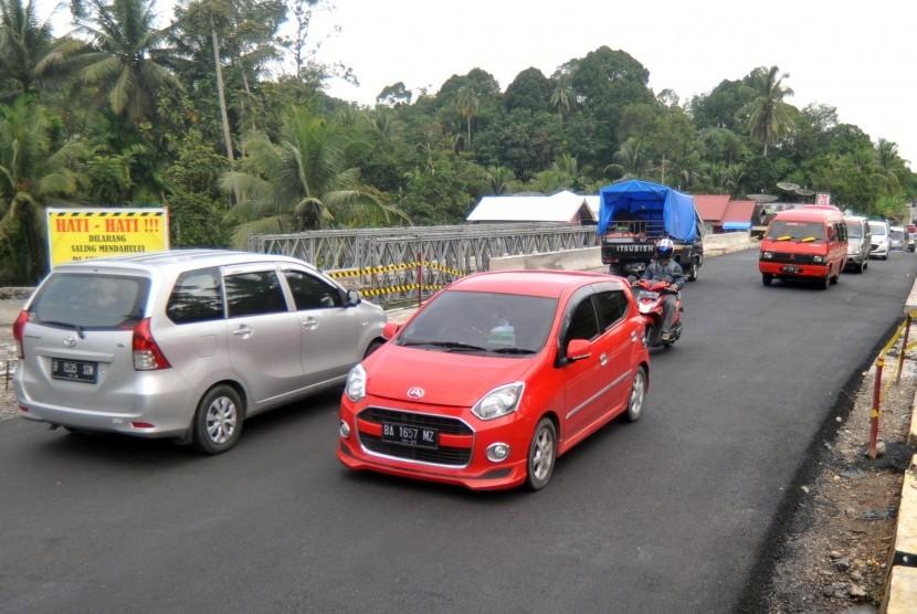 Kendaraan melintas di atas Jembatan Kayu Tanam di Padang Pariaman, Sumatra Barat. (ilustrasi)
