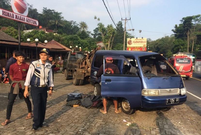 Kecelakaan melibatkan dua mobil terjadi di Jalur Gentong, Kecamatan Kadipaten, Kabupaten Tasikmalaya, Sabtu (1/6) sore. Tak ada korban jiwa akibat kecelakaan tersebut.