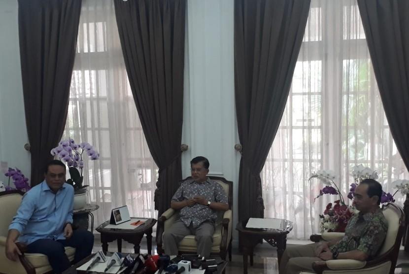 Wakil Presiden Jusuf Kalla saat diwawancarai wartawan di rumah dinas Wapres di Jalan Diponegoro, Menteng, Jakarta, Selasa (4/6)