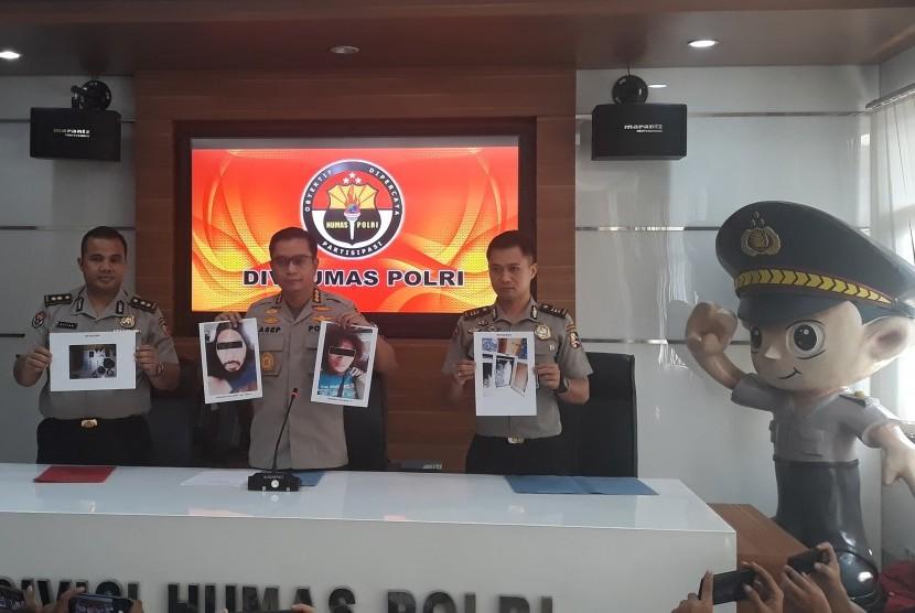 Kepala Bagian Penerangan Umum Polri Kombes Pol Asep Adi Saputra (tengah)
