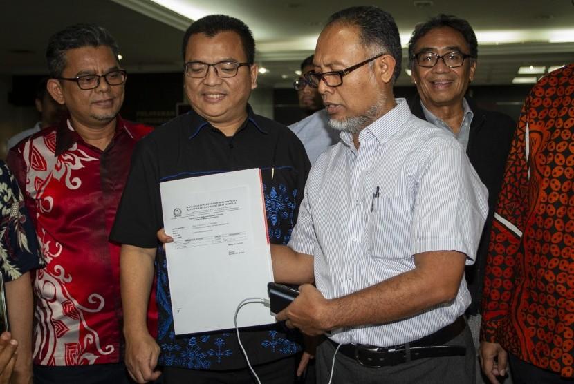 Ketua Tim Hukum Prabowo-Sandi, Bambang Widjojanto (kedua kanan) menunjukkan berkas tanda terima pengajuan perbaikan permohonan sengketa hasil Pilpres 2019 di gedung MK, Jakarta, Senin (10/6/2019).