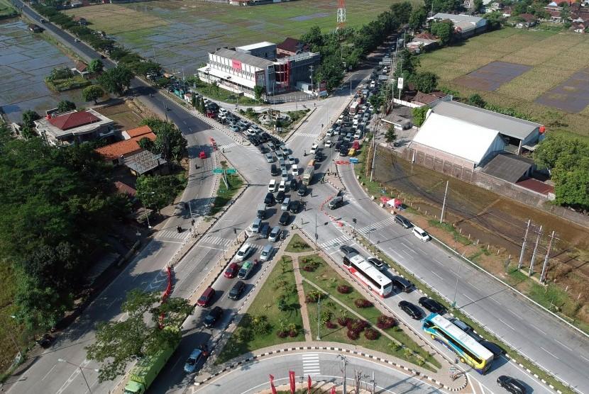 Foto udara kendaraan arus balik di Jalur Pantura, Kendal, Jawa Tengah, Senin (10/6/2019).