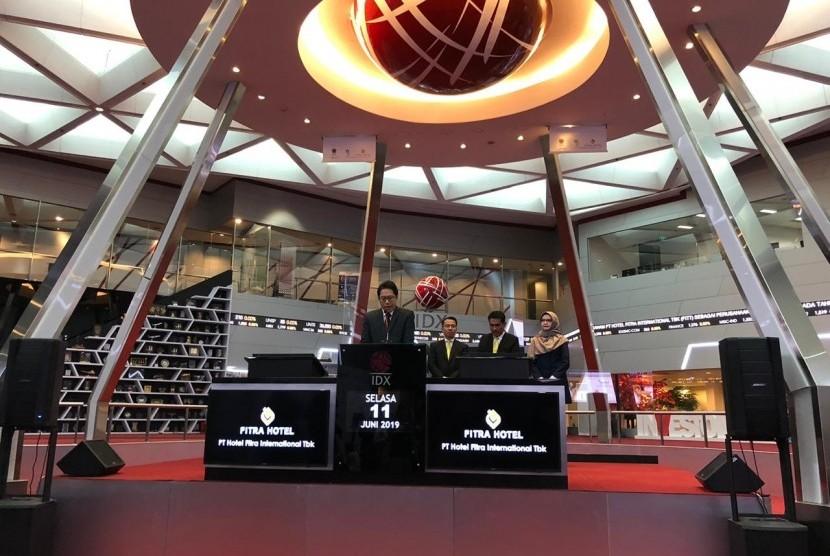 PT Hotel Fitra International Tbk resmi menjadi emiten ke 13 yang mencatatkan saham perdananya atau Initial Public Offering (IPO) di Bursa Efek Indonesia, Jakarta, Selasa (11/6).