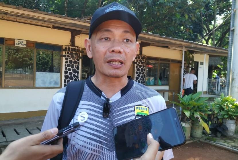 Pelatih Persib B, Liestiadi di Lapangan Saraga, Kota Bandung, Selasa (11/6).