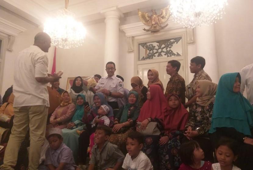Gubernur DKI Jakarta Anies Rasyid Baswedan mengundang warga yang ikut program mudik gratis 2019 oleh Pemprov DKI ke Balai Kota, Jakarta Pusat, Rabu (12/6).