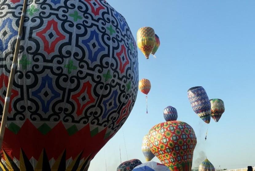 Suasana Java Traditional Balloon Festival 2019 di Stadion Hoegeng, Pekalongan, Jawa Tengah, Rabu (12/6) yang digelar Airnav Indonesia untuk menghindari penerbangan balon udara liar yang bisa mengganggu lalu lintas penerbangan.