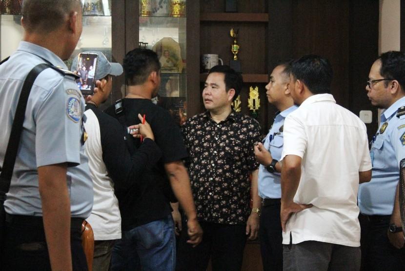 Pemilik rumah yang diduga menjadi perantara kawin kontrak Agus (keempat kanan) diinterogasi oleh petugas berwenang saat penggerebekan Warga Negara Asing (WNA) di Komplek Surya Purnama, Pontianak, Kalimantan Barat, Rabu (12/6/2019).