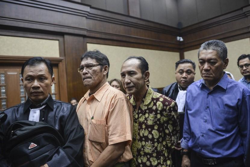 Dua terdakwa Hakim PN Jakarta Selatan nonaktif Iswahyu Widodo (kedua kanan) dan Irwan (kanan) dan Terdakwa perantara dan penyuap dua hakim Pengadilan Negeri (PN) Jakarta Selatan Martin P Silitonga (kedua kiri) bersiap mengikuti sidang tuntutan di Pengadilan Tipikor, Jakarta, Kamis (13/6/2019).