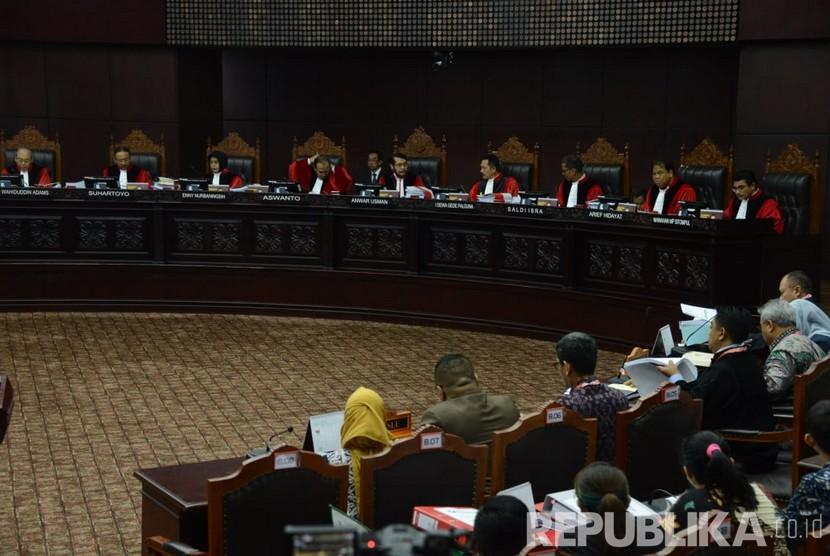 Ketua Mahkamah Konstitusi Anwar Usman saat memimpin jalanya sidang perdana sengketa Pemilhan Presiden (Pilpres) 2019 di Mahkamah Konstitusi, Jakarta, Jumat (14/6).