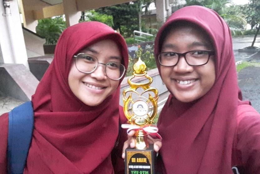 Nori Syaifatun (Prodi  Akuntansi) dan Intania Betari (Prodi Pendidikan) dari Universitas Negeri  Yogyakarta (UNY), perancang alat peminimalisasi potensi membusuknya ikan,  Smart Fish House.