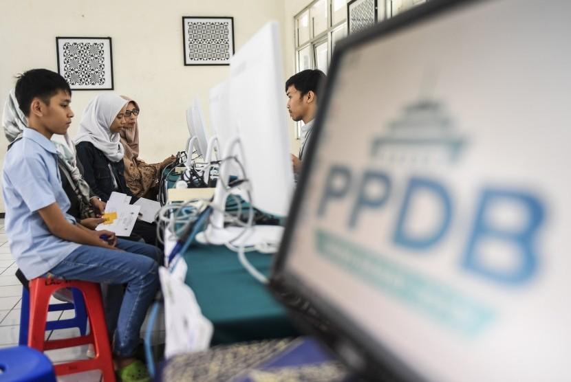 Orang tua dan calon siswa berbincang dengan petugas saat sosialisasi dan simulasi pendaftaran Penerimaan Peserta Didik Baru (PPDB) 2019.