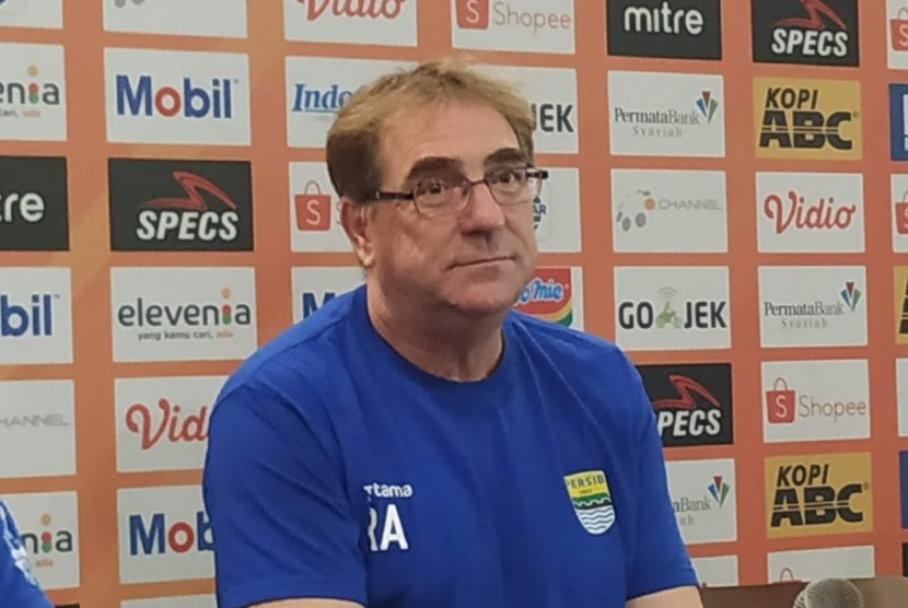 Pelatih Persib, Robert Rene Alberts di Graha Persib, Jalan Sulanjana, Kota Bandung, Senin (17/6).