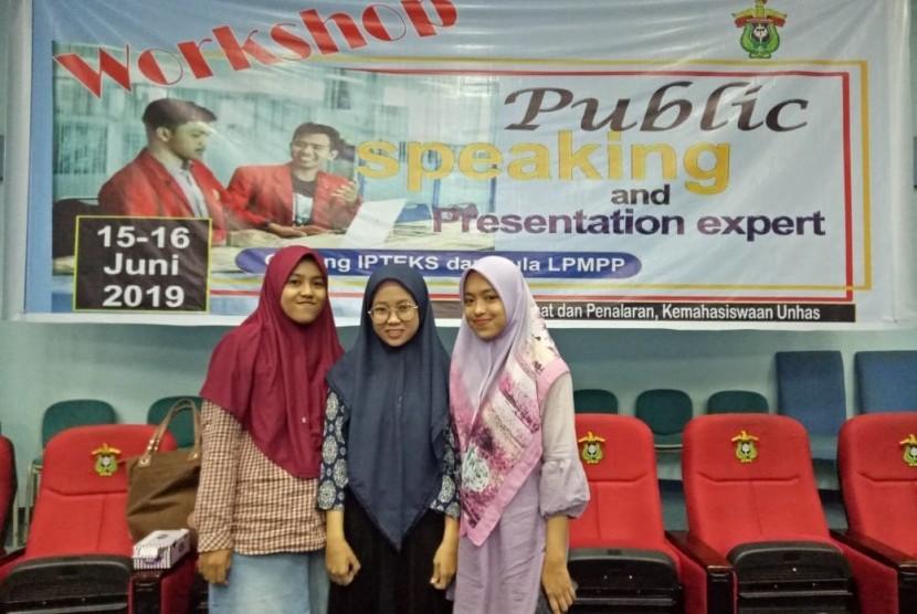 Tim Program Kreativitas Mahasiswa (PKM) Universitas Hasanuddin menciptakan sabun tanah untuk bersuci. Ketua tim, Ananda Sekar Ayu Pertiwi Syakir menjelaskan, sabun tersebut memudahkan seorang Muslim bersuci dari air liur anjing.