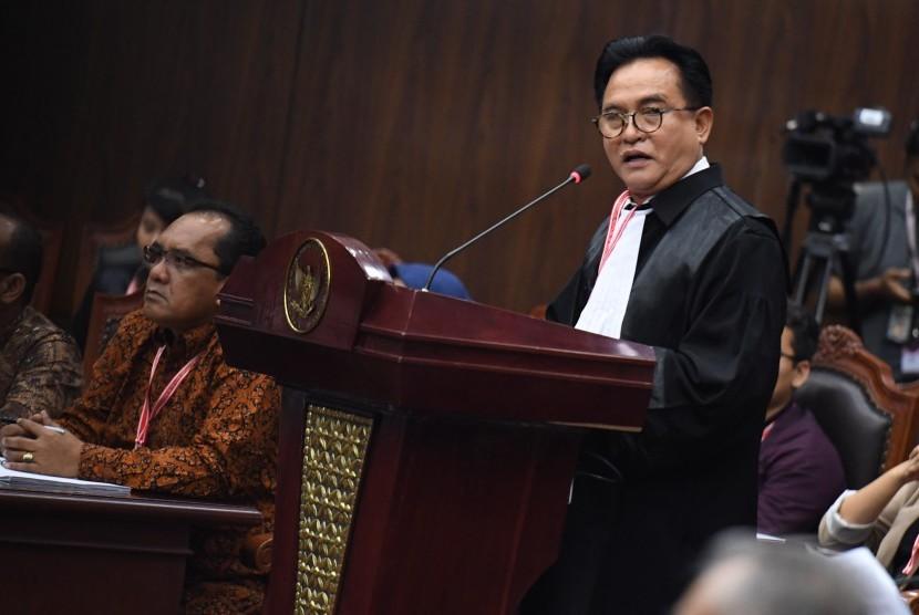 Ketua tim kuasa hukum pasangan calon presiden dan calon wakil presiden nomor urut 01 Yusril Ihza Mahendra (kanan) selaku pihak terkait menyampaikan keterangan pada sidang lanjutan Perselisihan Hasil Pemilihan Umum (PHPU) Pilpres 2019 di gedung Mahkamah Konstitusi, Jakarta, Selasa (18/6/2019).
