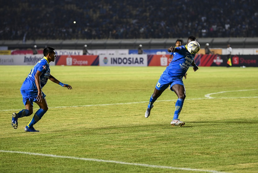Pesepak bola Persib Bandung Ezechiel Ndouasel (kanan) menendang bola ke arah gawang Tira Persikabo saat pertandingan Sepak Bola Liga 1 2019 di Stadion Si Jalak Harupat, Kabupaten Bandung, Jawa Barat, Selasa (18/6/2019).