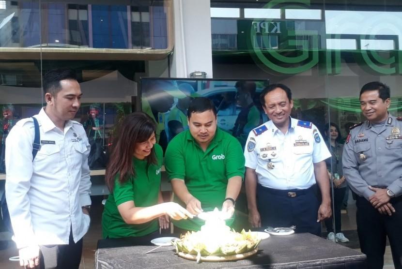 Vice President Grab West Java Yose Tireza Ariza menerima potongan tumpeng tanda diresmikannya Kantor Grab Paskal .