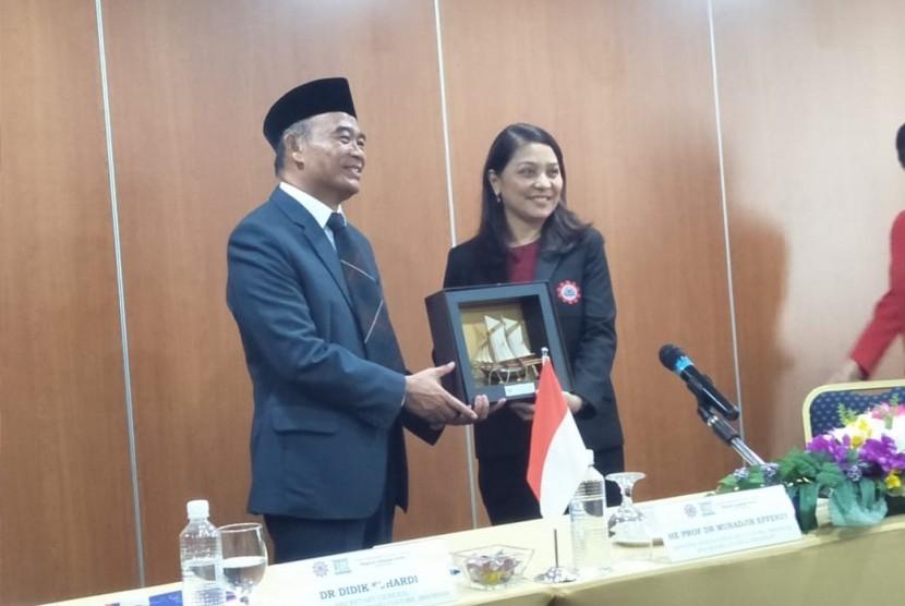 Menteri Pendidikan dan Kebudayaan, Muhadjir Effendy saat mengunjungi SEAMEO Regional Language Centre, Singapura, Kamis (20/6).