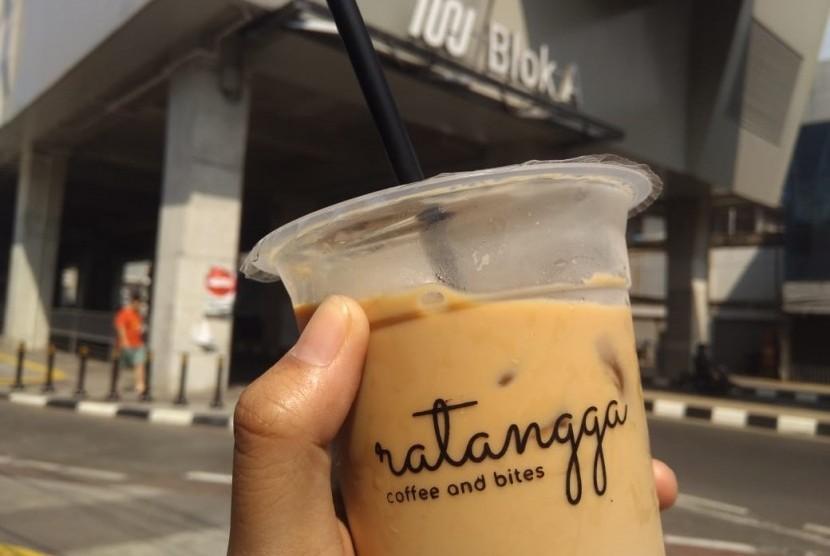 Beberapa tempat kuliner yang patut dicoba di dekat Stasiun MRT Blok A, Jakarta, Kamis (20/6).