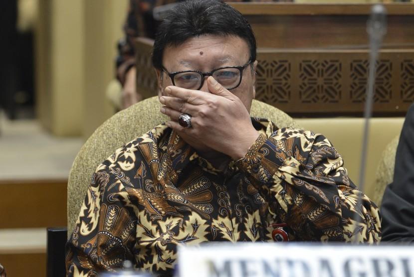Menteri Dalam Negeri Tjahjo Kumolo mendengarkan usulan saat rapat kerja dengan Komisi II DPR di gedung parlemen, Senayan Jakarta, Kamis (20/6/2019).