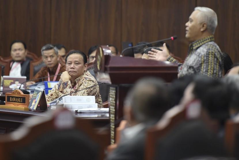 Ketua Bawaslu Abhan (ketiga kiri) menyimak keterangan saksi ahli dari pihak termohon Marsudi Wahyu Kisworo saat mengikuti sidang lanjutan Perselisihan Hasil Pemilihan Umum (PHPU) presiden dan wakil presiden di gedung Mahkamah Konstitusi, Jakarta, Kamis (20/6/2019).