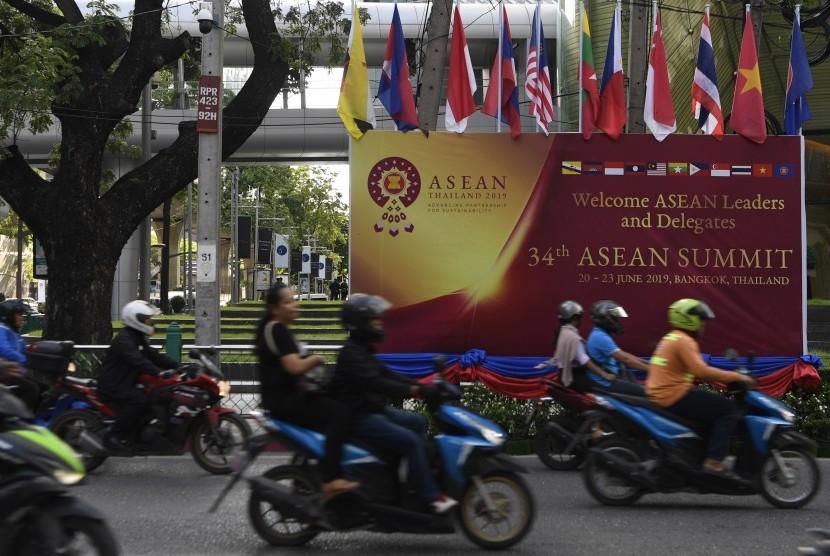 Sejumlah pengendara bermotor melintas di depan baliho penyambutan delegasi dan pemimpin negara Asia Tenggara jelang rangkaian Konferensi Tingkat Tinggi (KTT) ASEAN ke-34 di Bangkok, Thailand, Kamis (20/6/2019).