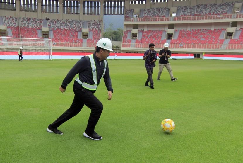 Menpora Imam Nahrawi bermain bola ketika meninjau Stadion Papua Bangkit, Kampung Harapan, Jayapura, Papua, Jumat (21/6/2019).