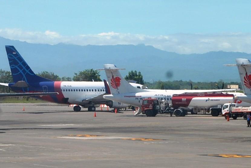 Sejumlah pesawat dari berbagai maskapai penerbangan berada di Bandara Internasional Sultan Hasanuddin, Makasar, Sulawesi Selatan, Jum'at (21/6/2019). Pemerintah resmi memutuskan untuk menurunkan harga tiket pesawat pada maskapai low cost carrier (LCC/penerbangan murah) domestik dan berlaku bagi penerbangan pada jam tertentu serta tidak berlaku secara menyeluruh.