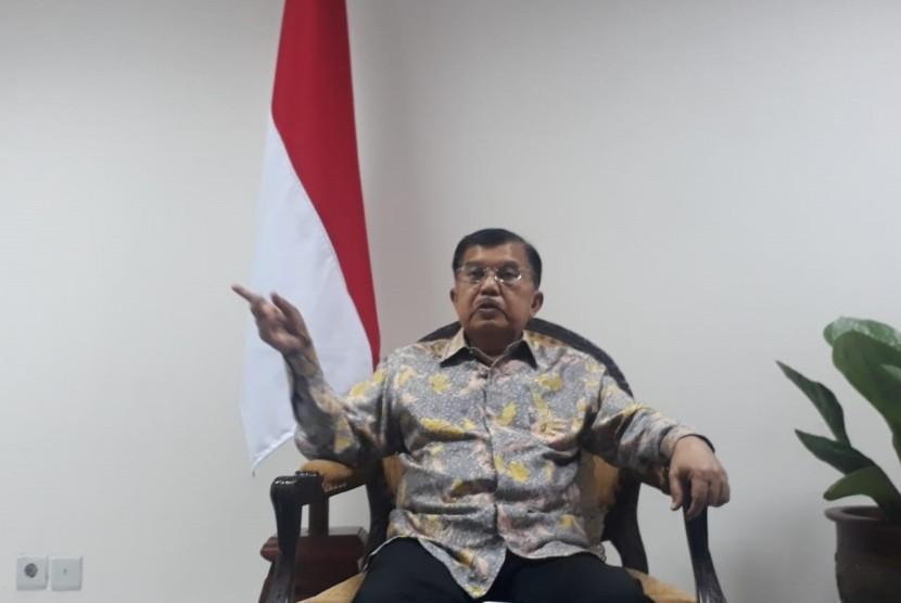 Wakil Presiden Jusuf Kalla saat diwawancarai wartawan di Kantor Wakil Presiden, Jakarta, Selasa (25/6).