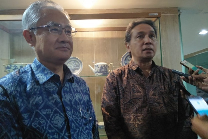 Japanese Ambassador to Indonesia, Ishii Masafumi (left) with the Director General of Culture of the Ministry of Education and Culture, Hilmar Farid after signing a memorandum of understanding on the repatriation of the skeletons of Japanese soldiers in Papua and West Papua, in Jakarta, Tuesday.