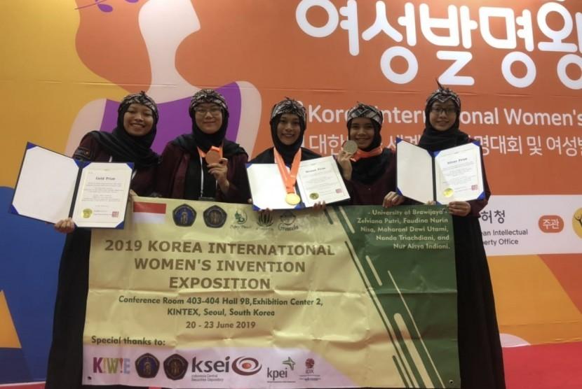 Mahasiswa Fakultas Teknologi Pertanian Universitas Brawijaya (FTP UB) berhasil meraih prestasi gemilang di Korean International Woman Invention and Expotition (KIWIE) 2019, baru-baru ini.