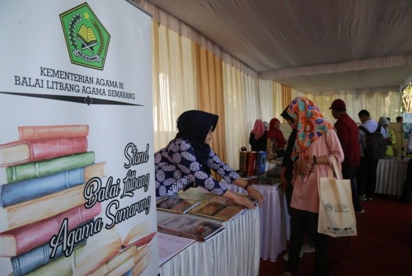 Puluhan buku yang sebagiannya merupakan hasil kolaborasi penelitian antara Fakultas Agama Islam Universitas Muhammadiyah Malang (UMM) dan Badan Litbang dan Diklat Kementerian Agama (Kemenag) RI dipamerkan, Selasa (25/6). Berbagai buku bertemakan keagamaan itu dipamerkan dalam Diseminasi dan Pameran Buku Hasil Penelitian seputar evaluasi program studi agama di Perguruan Tinggi keagamaan Islam.