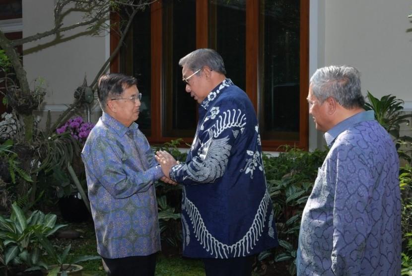 Wakil Presiden RI Jusuf Kalla usai menyambangi Presiden keenam RI Susilo Bambang Yudhoyono (SBY) di kediaman pribadinya di Cikeas, Bogor, Rabu (26/6).