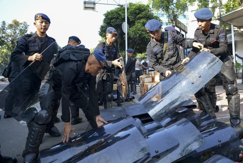Personel Brimob Polri bersiap melakukan pengamanan di sekitar Gedung Mahkamah Konstitusi (MK), Jakarta, Kamis (27/6/2019)