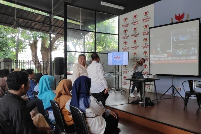 Suasana nonton bareng pembacaan putusan sidang Mahkamah Konstitusi (MK) sengketa perselisihan hasil pemilihan umum (PHPU) di Media Center Prabowo-Sandiaga, Jalan Sriwijaya I, Kebayoran Baru, Jakarta, Kamis (27/6).