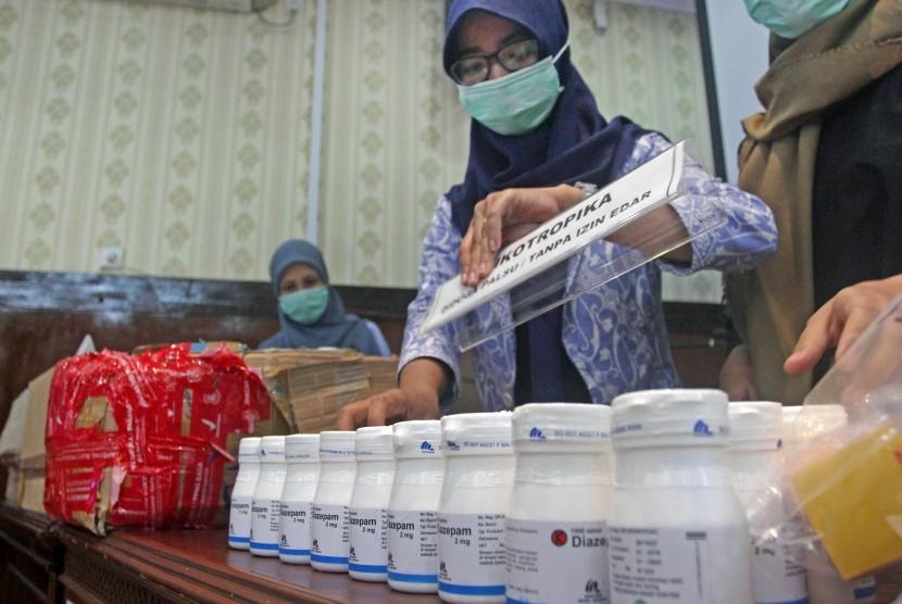 Petugas Balai Besar Pengawasan Obat dan Makanan (BPOM)memeriksa obat-obatan ilegal (ilustrasi)