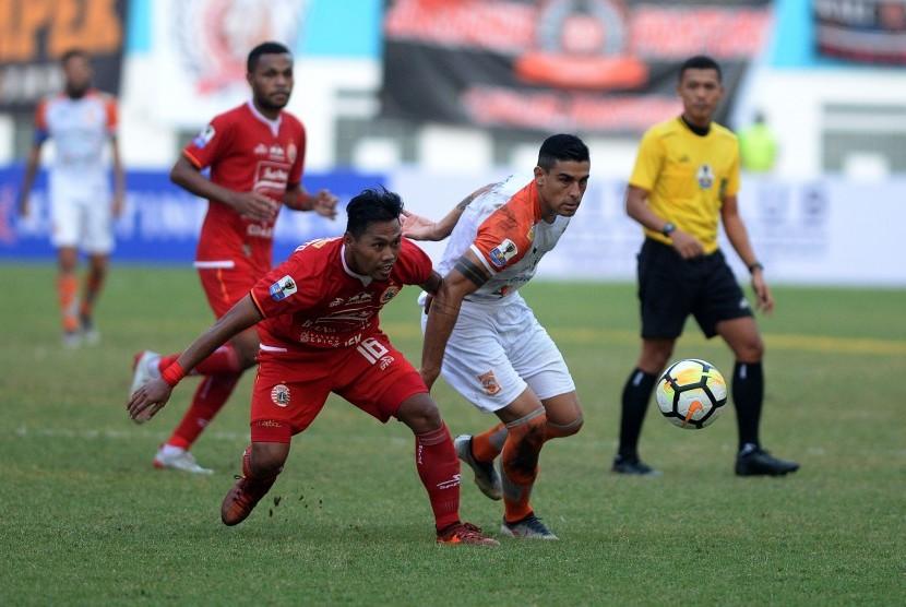 Pesepak bola Persija Jakarta Tony Sucipto (kiri) berebut bola dengan pesepak bola Borneo FC Matias Ruben Conti (kanan) dalam pertandingan semifinal leg pertama Piala Indonesia di Stadion Wibawa Mukti, Cikarang, Kabupaten Bekasi, Jawa Barat, Sabtu (29/6/2019).