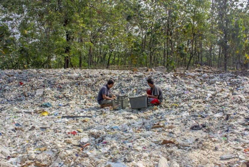 Warga memilah sampah plastik di tumpukan sampah impor di Desa Tamansari, Karawang, Jawa Barat, Senin (1/7/2019).