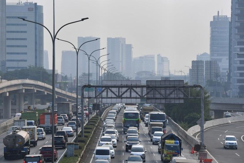 Sejumlah kendaraan melintas di jalan Tol Pondok Pinang-TMII dengan berlatar belakang gedung bertingkat yang terlihat samar karena polusi udara di Jakarta Selatan. [Ilustrasi]