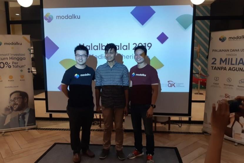 COO Modalku Iwan Kurniawan, peminjam Modalku M. Khoiruddin, dan CEO Modalku Reynold Wijaya dalam diskusi Modalku, di Jakarta, Rabu (3/7).