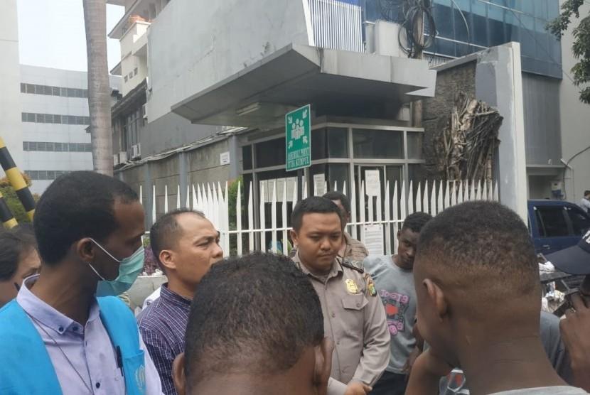 Perwakilan UNHCR temui pendemo imigran yang mencari tempat tinggal atau suaka di depan gedung Menara Ravindo, Kebon Sirih, Kamis (4/7).