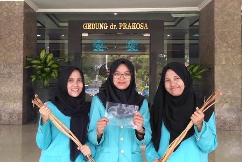 Tim mahasiswa Universitas Sebelas Maret (UNS) telah berhasil membuat bioplastik dari limbah eceng gondok.