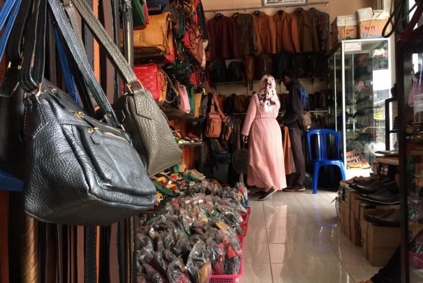 Berbagai produk kerajinan kulit di sentra industri kulit. Momentum Idulfitri diharapkan menutupi kelesuan penjualan kerajinan setahun terakhir. Ilustrasi.